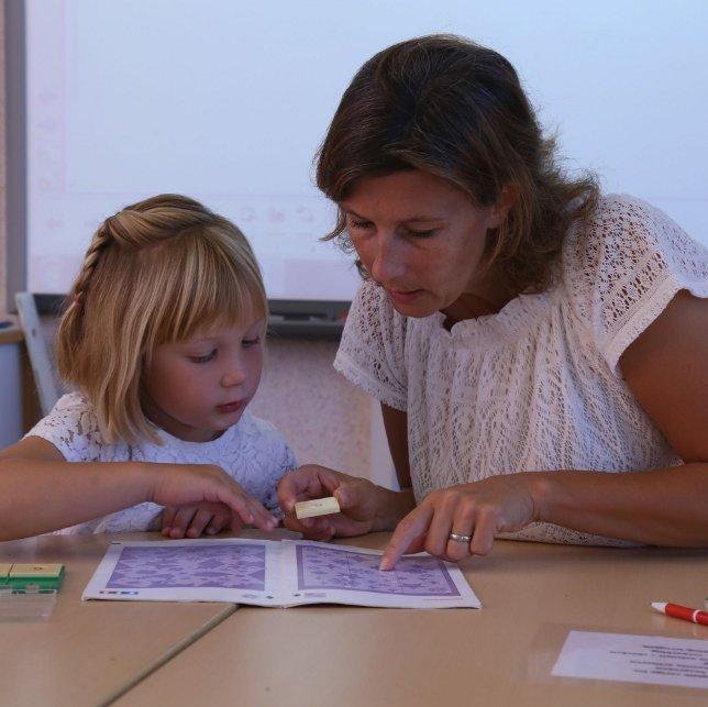 Leerkracht en kind tijdens mentorcontact