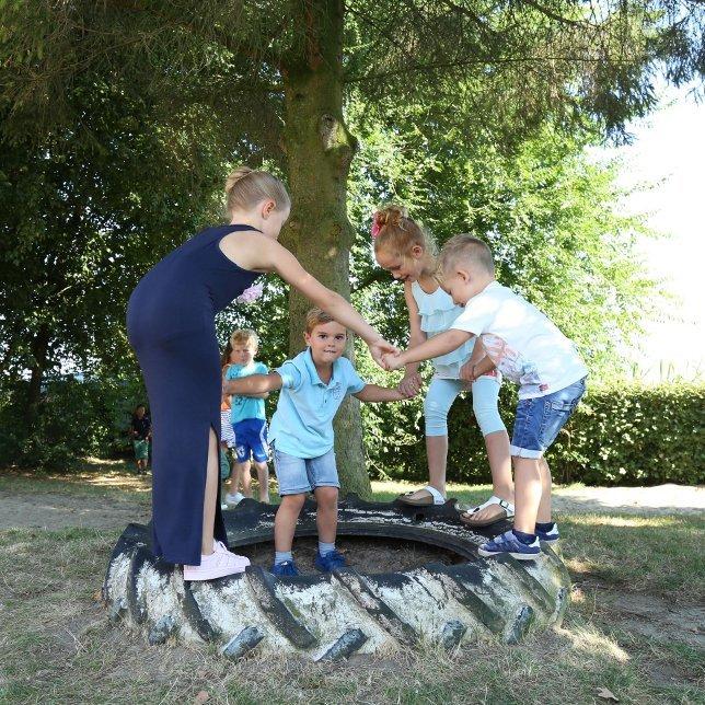 Groep kinderen in een cirkel op een traktorband